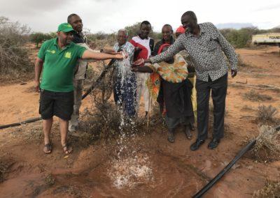 Am Wasserbohrloch in der Massaisteppe