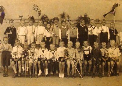 Schulklasse mit ihrer Lehrerin Fräulein von Floto.